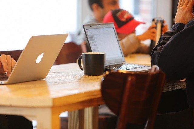 notebooky v kavárně