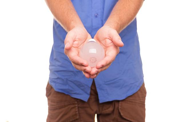 žárovka v dlaních