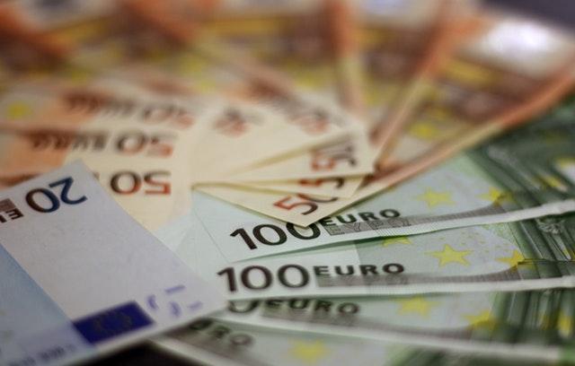 eura, peníze položené