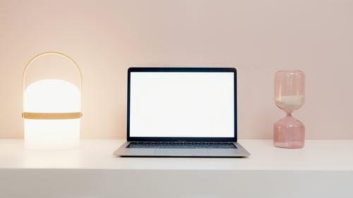 notebook bílá obrazovka